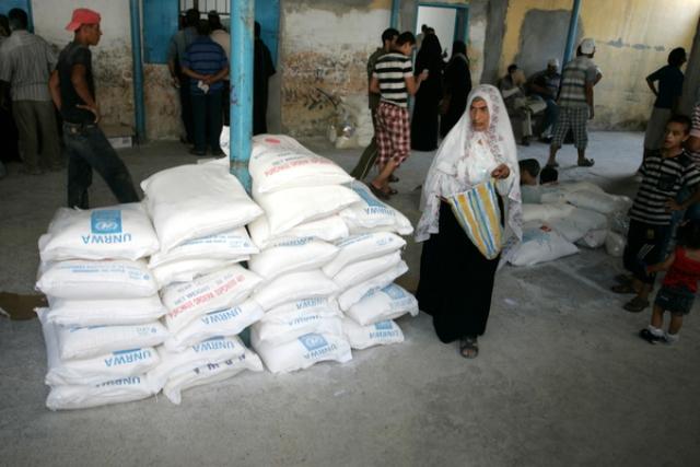 الحكومة العمانية تتبرع بمساعدات مالية للعائلات الفقيرة بغزة