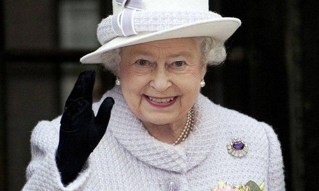 كشف محتويات حقيبة سرية تصطحبها الملكة إليزابيث خلال السفر