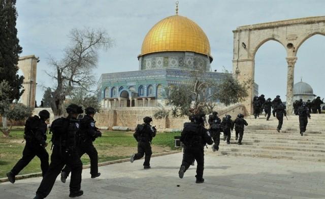 الاحتلال يقتحم المصليات المسقوفة بالمسجد الأقصى
