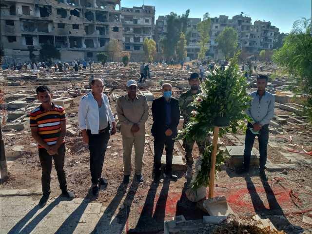 «الديمقراطية» تزور مقبرة الشهداء الجديدة في مخيم اليرموك
