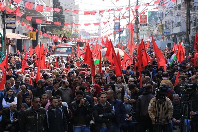 صور وفيديو |عشرات الآلاف بغزة يشاركون في مسيرة وعرض عسكري في ذكرى انطلاقة «الديمقراطية» الـ 50