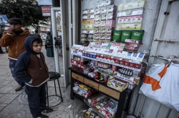 الاقتصاد بغزة تُطالب بالالتزام بتسعيرة السجائر الجديدة