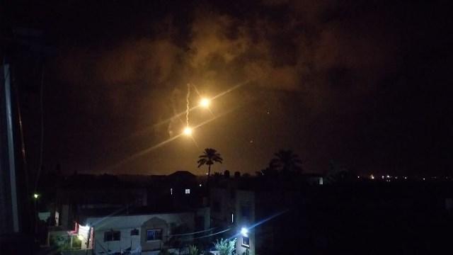 الاحتلال ينفذ غارات عنيفة على رفح  بعد رصده إطلاق ثلاثة صواريخ صوب المستوطنات