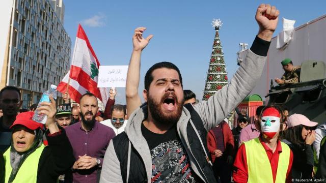 انتفاضة لبنان متواصلة وقطع لمعظم الطرق الرئيسية في البلاد