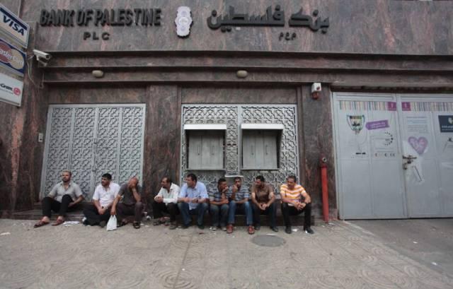 غزة : الجرحى يواصلون الإضراب احتجاجاً على قطع رواتبهم