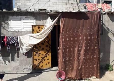 أسرة كاملة تعيش في غرفة واحدة في مخيم البريج