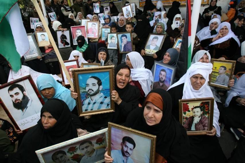 حكومة الاحتلال تنهب رواتب الأسرى والشهداء الفلسطينيين