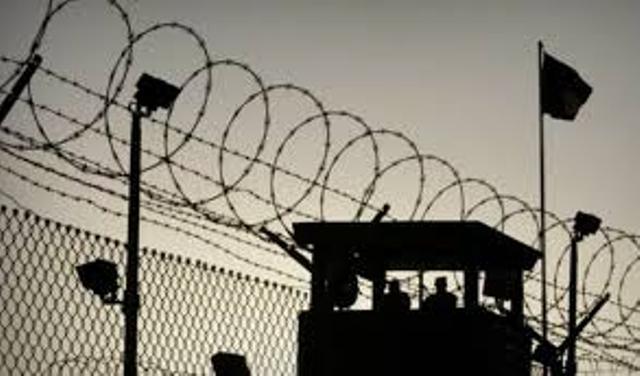 سجن «عسقلان» يشهد توتراً  لنقل ممثل الأسرى أبوحميد تعسفيًا