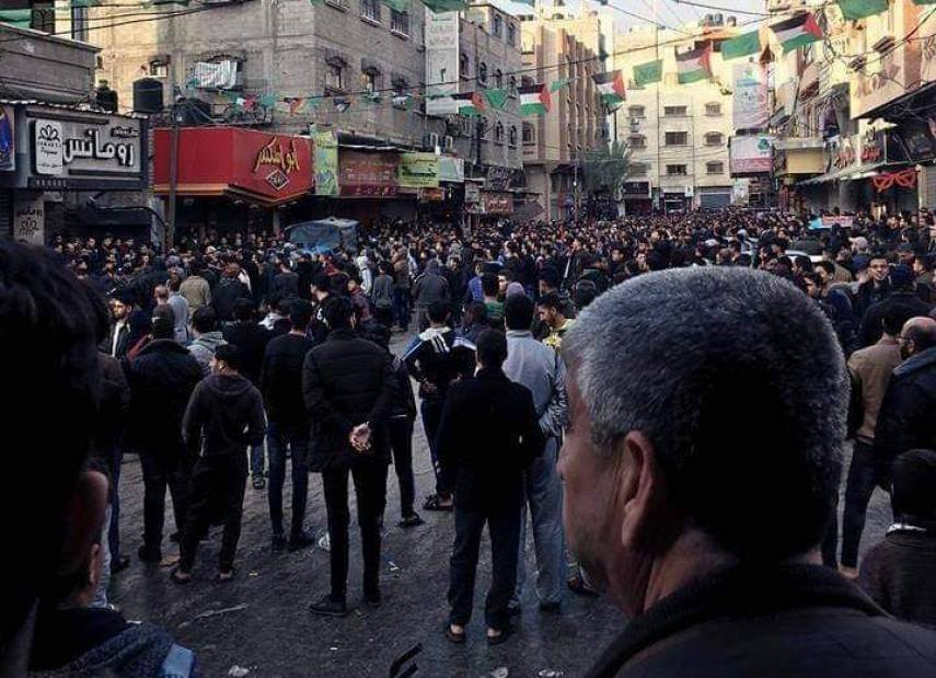 الأمن بغزة يحظر التجوال بدير البلح بعد فض التظاهرات بالقوة .. اشتية : غزة ستكون حاضرة في برنامج الحكومة