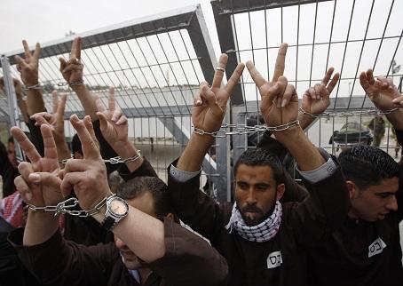 نادي الأسير : ثلاثة أسرى  يواصلون الإضراب المفتوح عن الطعام