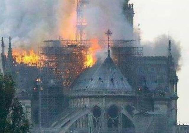 اندلاع حريق في كاتدرائية نوتردام التاريخية في فرنسا