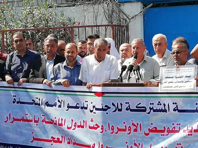 لاجئون فلسطينيون ينظمون وقفة أمام الأمم المتحدة بغزة للمطالبة بتجديد تفويض «الأونروا»