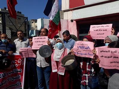 صور  وقفات احتجاجية أمام مراكز توزيع «الأونروا» بمخيمات قطاع غزة رفضاً لإجراءات الوكالة وتقليصاتها