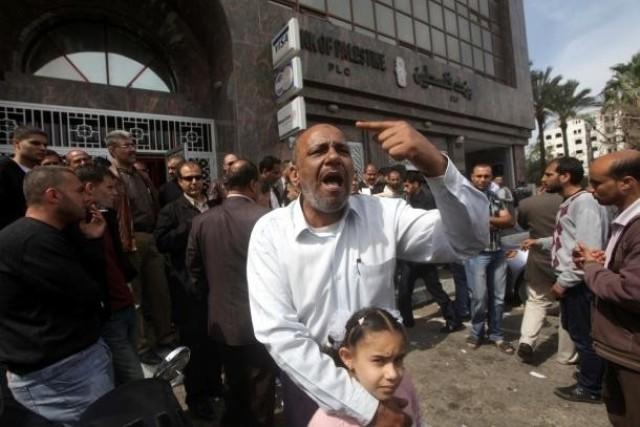 جرحى غزة  يضربون عن الطعام لقطع رواتبهم  .. وتفريغات 2005 تلقوا القليل منه