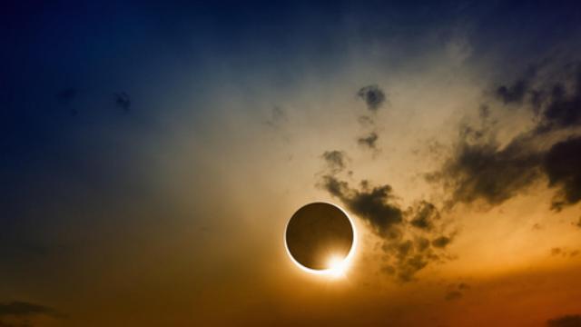 مريض نظر للشمس أثناء ظاهرة الكسوف.. وهذا ماحدث له !