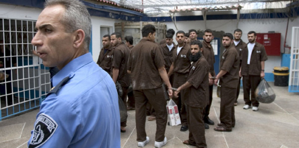 مركز: إدارة السجون استغلت الأيدي العاملة للأسرى
