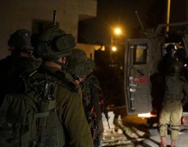 الاحتلال يقتحم  سجن عوفر ويجري عمليات تفتيش