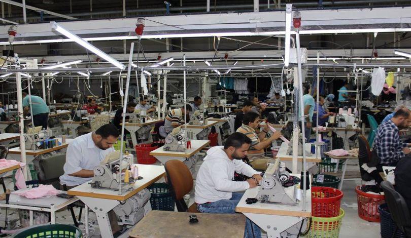 توقعات بإغلاق عشرات مصانع الخياطة في حال استمرار منع تصدير منتجاتها