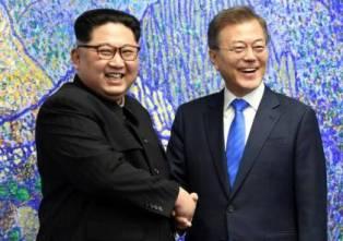 زعيما الكوريتين يجتمعان عند خط الفصل العسكري في لقاء تاريخي