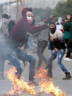وقوع  عشرات الإصابات بالضفة وغزة في جمعة الغضب السادسة
