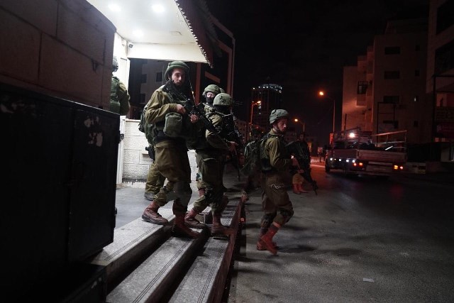 الاحتلال ينفذ حملة  اقتحامات بالضفة ووحدات خاصة تقتحم الأقصى