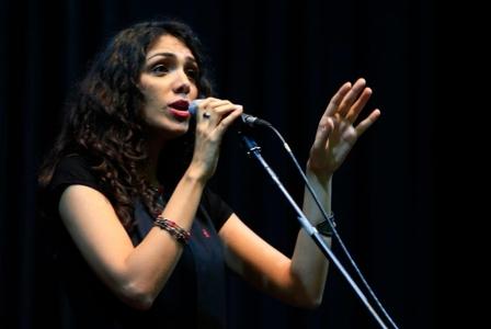 أمل كعوش تمزج أغانيها الخاصة بالأغنيات التراثية في «قررنا الآتي»