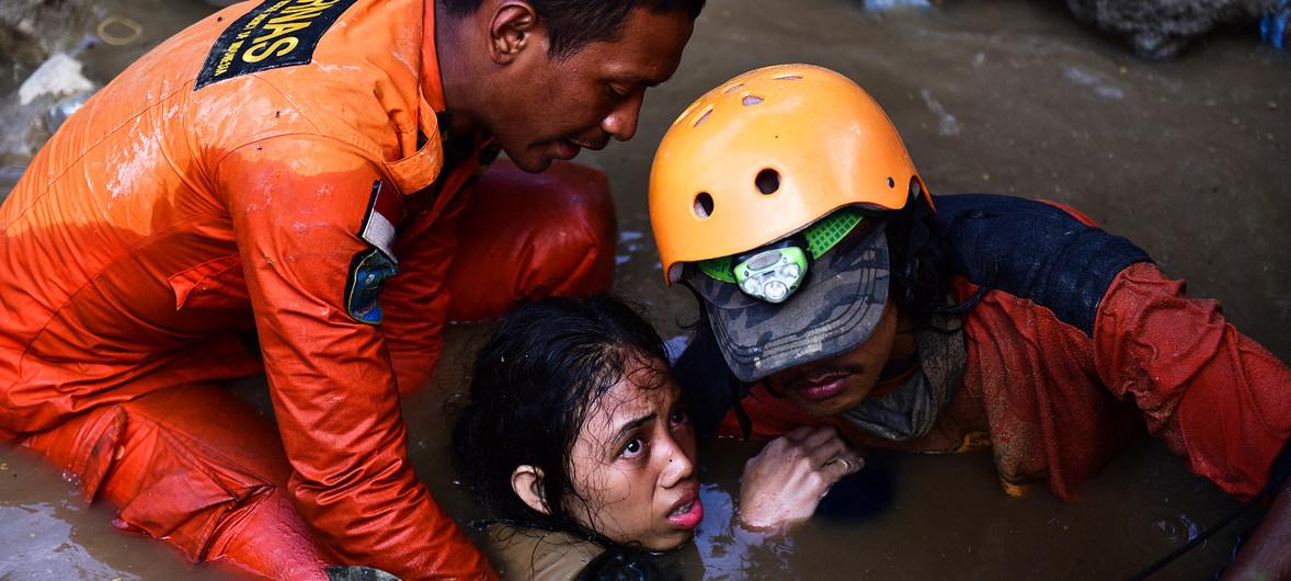 مخاوف من احتمال ارتفاع أعداد ضحايا الزلزال والتسونامي في جزيرة سولاويزي الإندونيسية