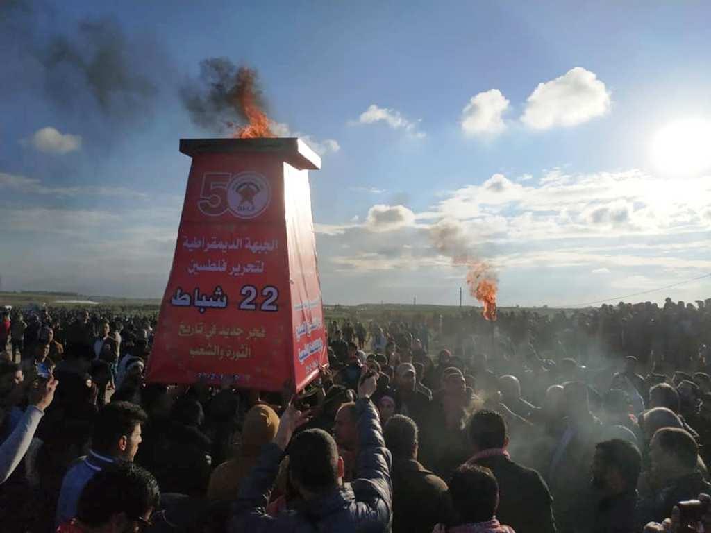 «الديمقراطية» توقد شعلة انطلاقتها الـ50 على أرض مخيم العودة شرق مدينة غزة