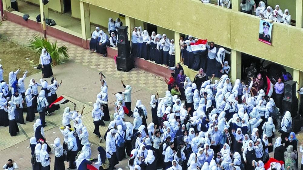 مصر تختبر نظاماً تعليمياً يواجه «تحديات جديدة» ... والطلاب مشتتون