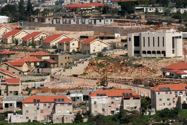 الاحتلال  يخطر ببناء مئات الوحدات الاستيطانية غرب سلفيت