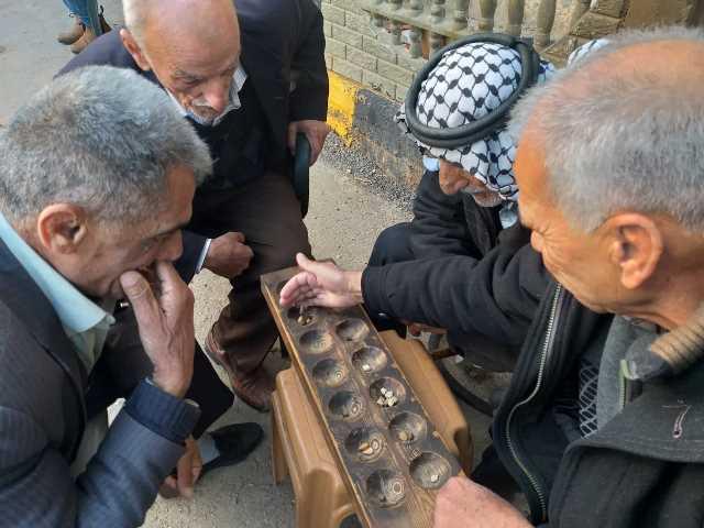 »المنقلة« .. المستطيل الخشبي وحكايات الحجارة