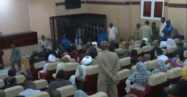 الرئيس المعزول البشير يمثل  داخل قفص الاتهام لمحاكمته الثانية