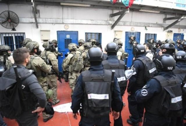 الاحتلال يقتحم سجن جلبوع وينكل بالأسرى بصورة وحشية