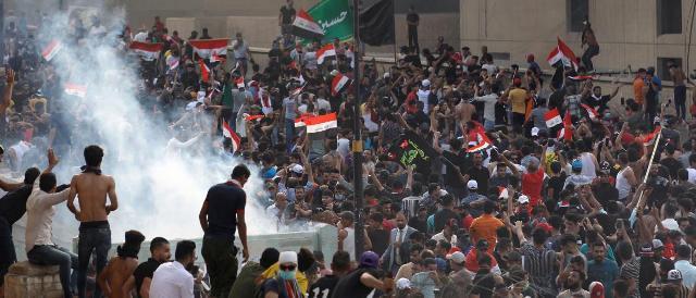 العراق : عدد قتلى المظاهرات  يرتفع إلى 100 و2000 جريح