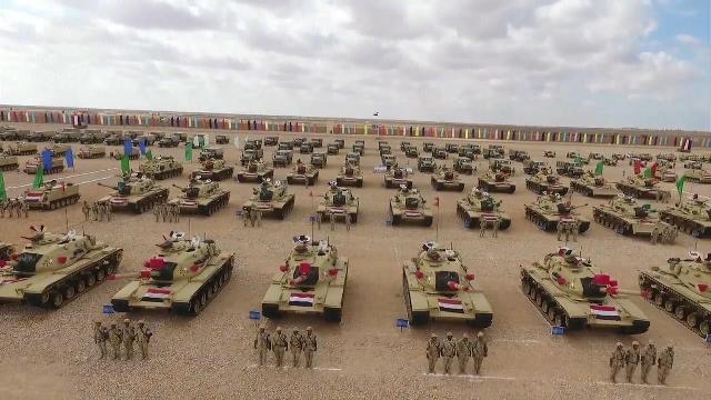 موقع عبري : القيادة بمصر تُعد جيشاً كبيراً وجاهزاً لأي حرب